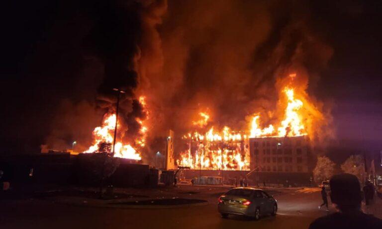 Μινεάπολη: Χάος, φωτιές και λεηλασίες μετά τον θάνατο του Φλόιντ! (pics, vids)