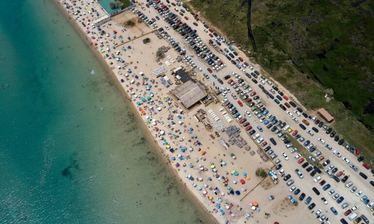Θεσσαλονίκη: Εντυπωσιακές φωτογραφίες από την… κατάμεστη παραλία της Επανομής (pics)