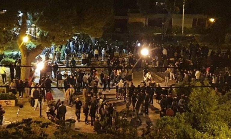Χαμός στην Αγία Παρασκευή: Ντου της αστυνομίας – Τα έσπασαν οι 300 νεαροί (vids)