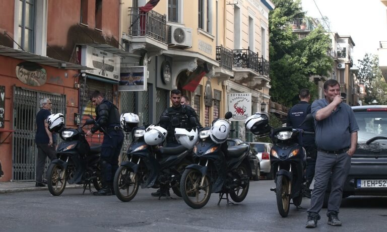 Εξάρχεια: Επιχείρηση της αστυνομίας για την εκκένωση κτηρίου (vid)
