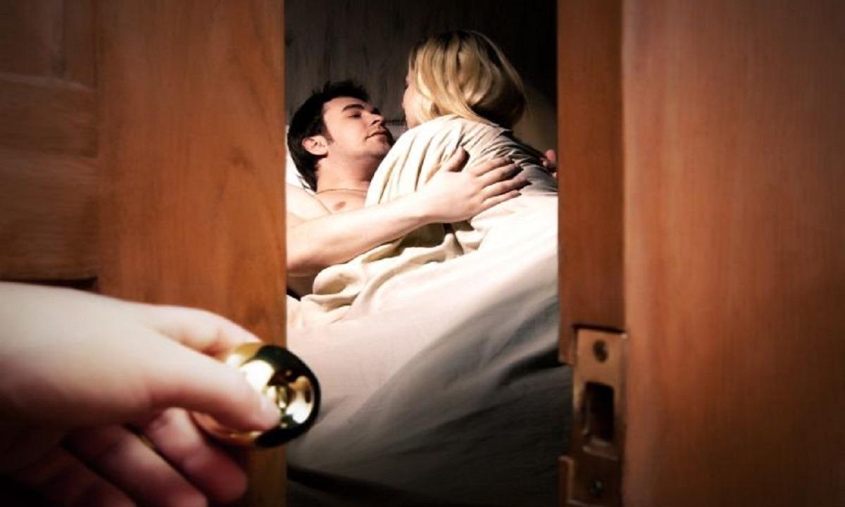 Λουτράκι: Εραστής πήδηξε γυμνός από το μπαλκόνι για να γλιτώσει από τον σύζυγο!