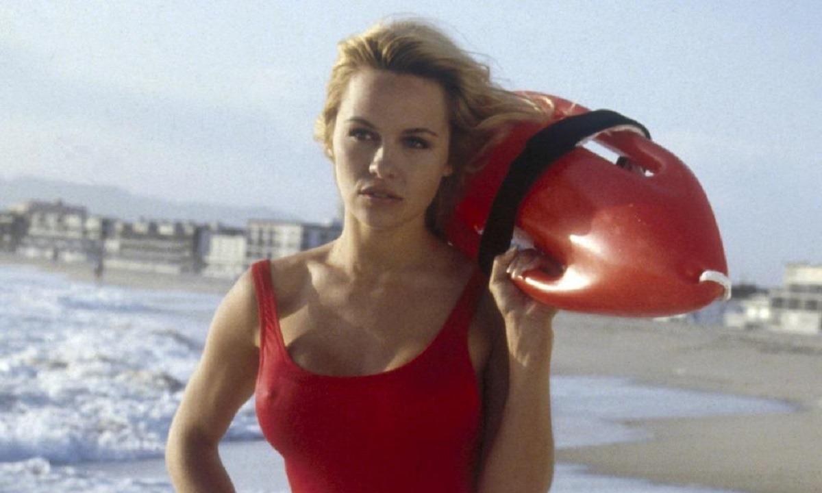Πάμελα Άντερσον: Ακόμα της κάνει το μαγιό του Baywatch (pic) - Sportime.GR