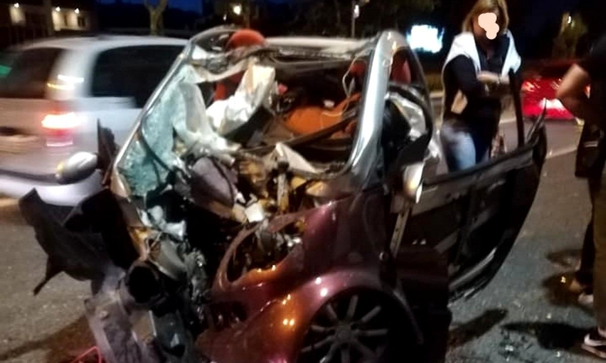 Σοκαριστικές εικόνες από τροχαίο στη Μαραθώνος: Διαλύθηκε το αυτοκίνητο
