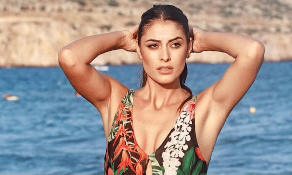 Ελληνίδα καλλονή ποζάρει ημίγυμνη και «ζαλίζει» (pics)
