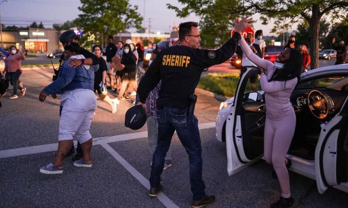 Τζορτζ Φλόιντ: Σερίφης στο Μίσιγκαν μαζί με τους διαδηλωτές! (vids)