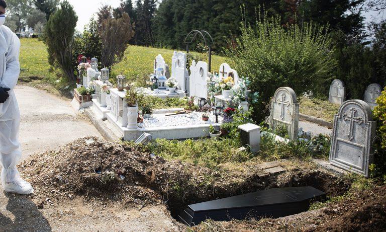Σοκ: 59χρονος νεκροθάφτης καταπλακώθηκε από τάφο! (pic)