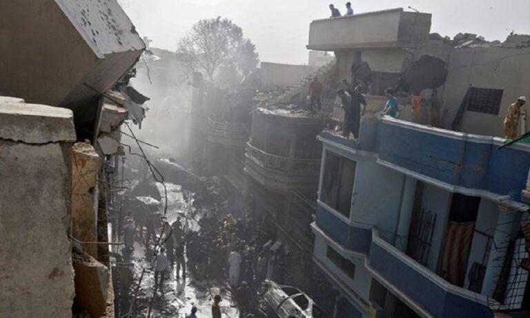Εικόνες χάους από συντριβή αεροσκάφους σε κατοικημένη περιοχή! (video)