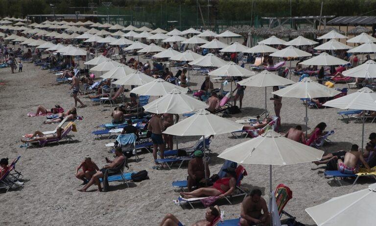 Διεθνή ΜΜΕ: Η Ελλάδα επιστρέφει στις παραλίες κρατώντας τις αποστάσεις ασφαλείας