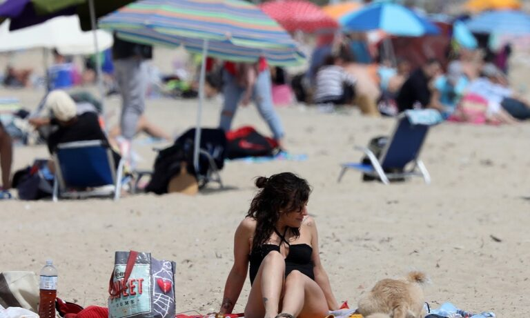 Ανοίγουν οι οργανωμένες παραλίες το Σαββατοκύριακο