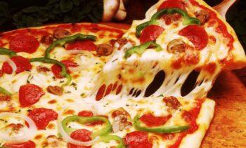 Ο πανούργος πιτσαδόρος που πλούτισε αγοράζοντας τις δικές του πίτσες