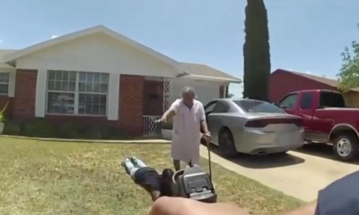 ΗΠΑ: 90χρονη γιαγιά μπαίνει ανάμεσα στον εγγονό της και τα όπλα των αστυνομικών (vid)
