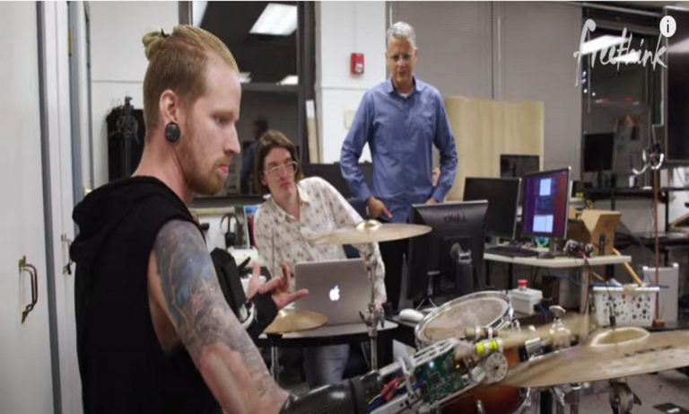 Ρομπότ που παίζει και γράφει μουσική (vid)