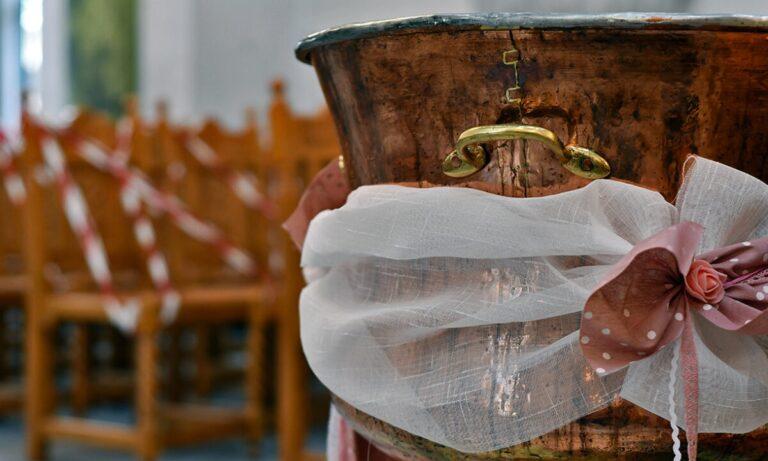 Απίστευτο! Ιερέας βαφτίζει μωρό με νεροπίστολο (pics)