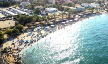 Τι σκέφτεται η Κυβέρνηση για μουσική και αλκοόλ στις παραλίες και τα beach bar