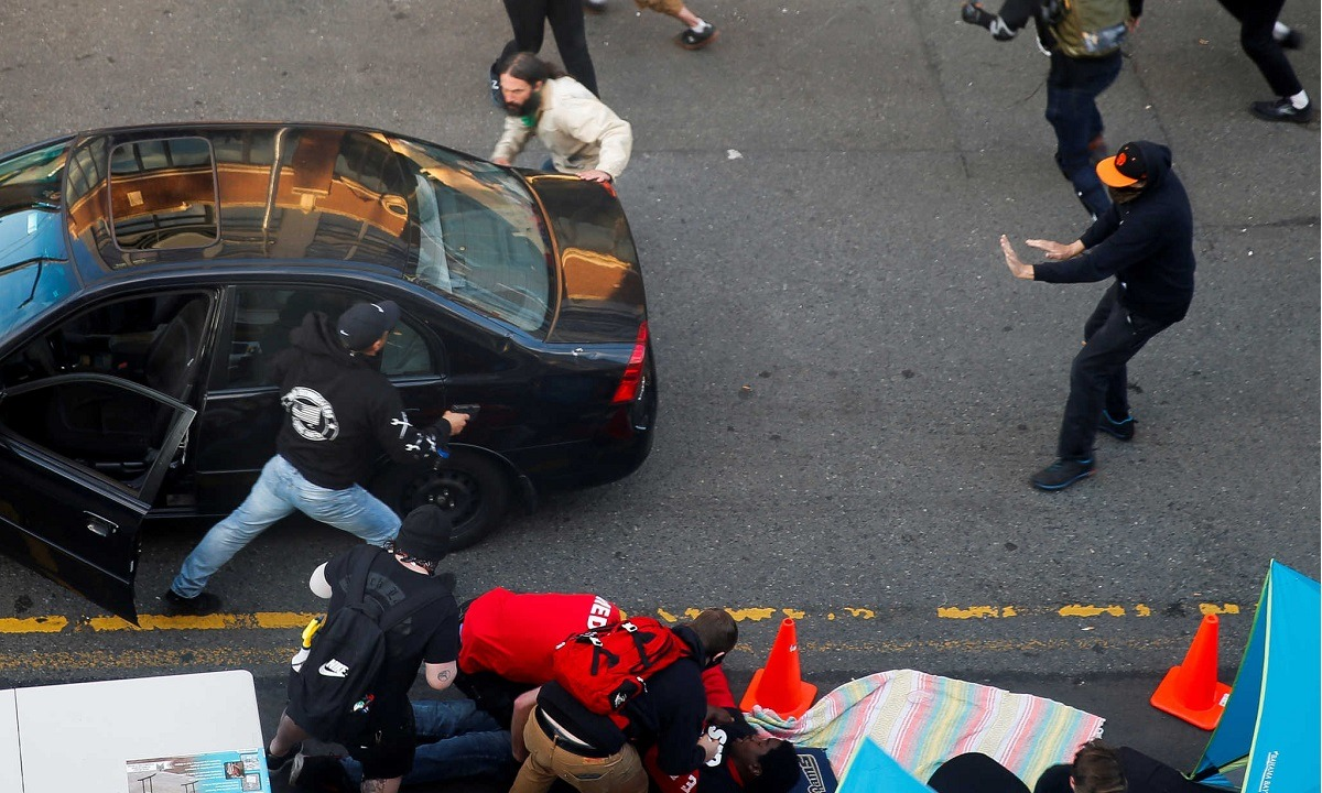 Τρόμος στις ΗΠΑ: Οδηγός πέφτει πάνω σε πλήθος, βγάζει όπλο και πυροβολεί! (vid)