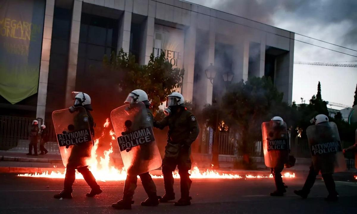 Επεισόδια στην Αθήνα: Έσπασαν βιτρίνες και στο Κολωνάκι -7 προσαγωγές μετά την πορεία