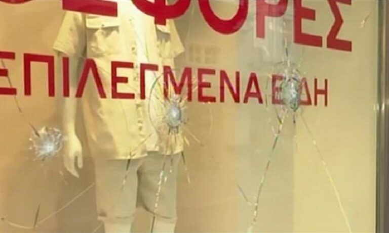 Ερμού: Επίθεση με βαριοπούλες σε καταστήματα – Έσπασαν τζαμαρίες (vid)