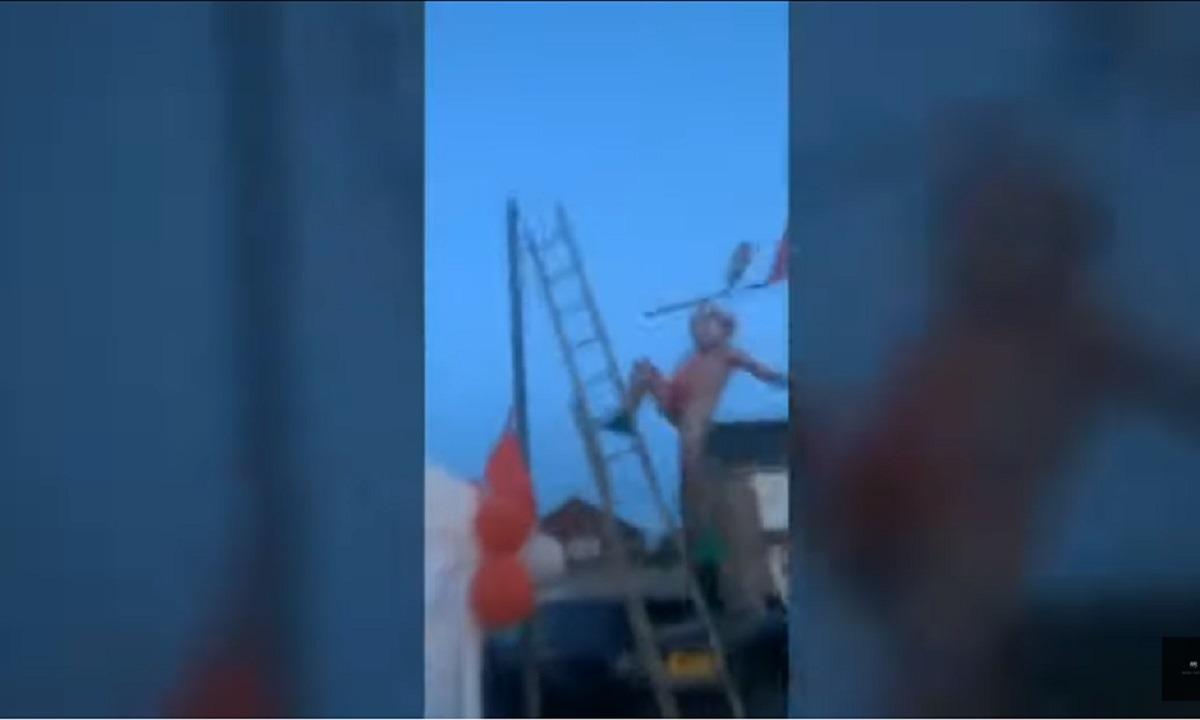 Λίβερπουλ: Οπαδός με μαγιό... Μπόρατ, πέφτει από σκάλα στο πάρτι τίτλου! (vid)