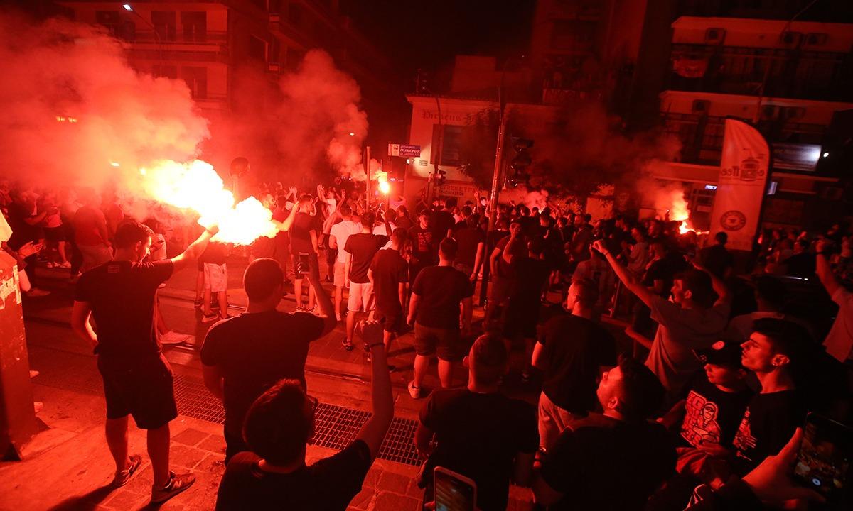 Ολυμπιακός: Βγήκαν στους δρόμους του Πειραιά για το πρωτάθλημα! (pics+vids)