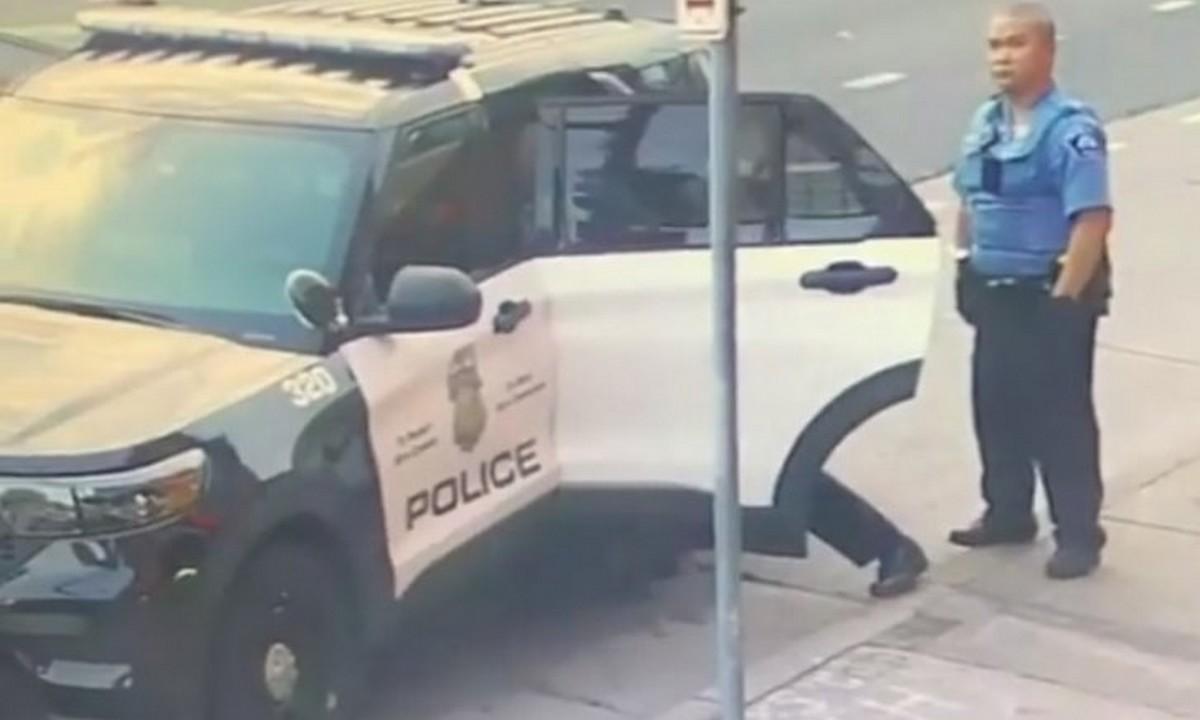Νέο βίντεο: Χτυπούσαν τον Τζορτζ Φλόιντ και μέσα στο περιπολικό (vid)