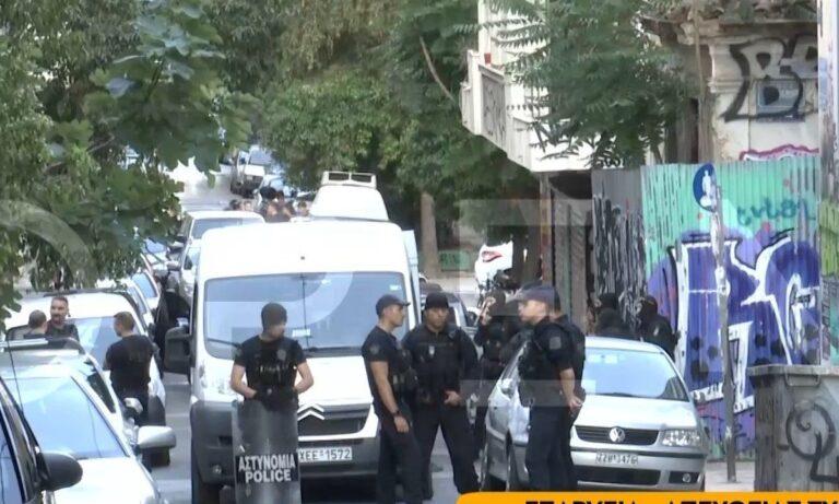 Εξάρχεια: Εκκένωσαν κτίριο οι αστυνομικοί – Τι βρήκαν (vids)