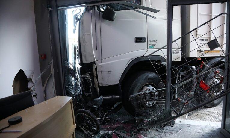 Τραγωδία στην Πειραιώς: Φορτηγό έπεσε σε κατάστημα – Νεκρός ο οδηγός