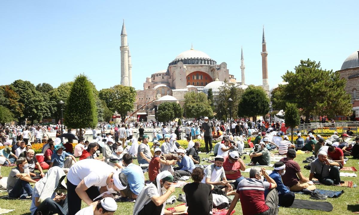 Αγιά Σοφιά: Κατακραυγή του Ερντογάν για την ιστορική βεβήλωση (vids)