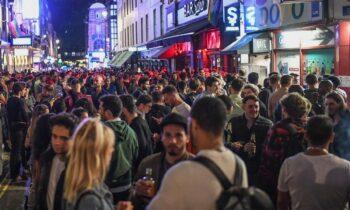Αγγλία: Μία απέραντη παμπ γεμάτη μπύρες μετά την άρση του lockdown (pics)