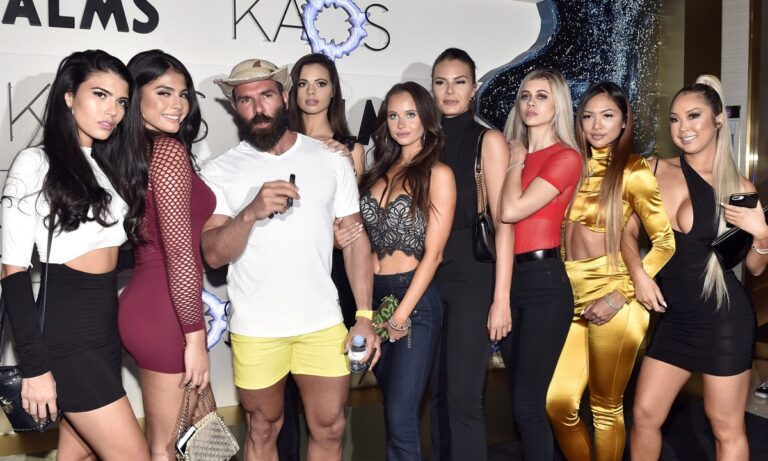 Νταν Μπιλζέριαν: Ο «Βασιλιάς του Instagram» πήρε τα κορίτσια του και ήρθε στην Ελλάδα