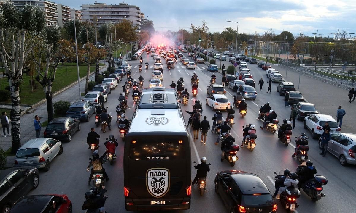 ΠΑΟΚ – Μπενφίκα: Συνοδεία οπαδών ο Δικέφαλος στην Τούμπα!. Οπαδοί του ΠΑΟΚ συγκεντρώθηκαν στο Μακεδονία Παλλάς προκειμένου να συνοδεύσουν...