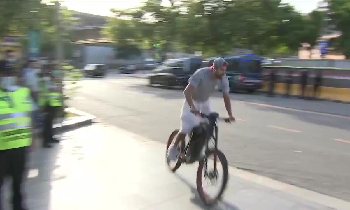 O Πικέ πήγε στο «Καμπ Νου» με… ποδήλατο για το Μπαρτσελόνα-Εσπανιόλ! (vid)
