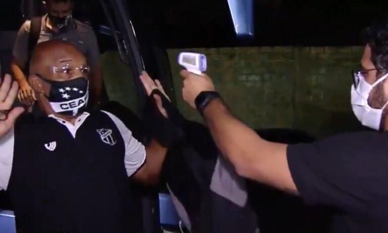 Βραζιλία-Απίστευτο: Μπέρδεψε το θερμόμετρο με πιστόλι και σήκωσε τα χέρια ψηλά (vid)