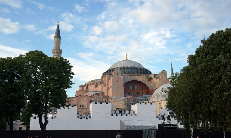 Αγία Σοφία: Παρών ο Ερντογάν στην πρώτη προσευχή – Ξάγρυπνος το βράδυ της απόφασης