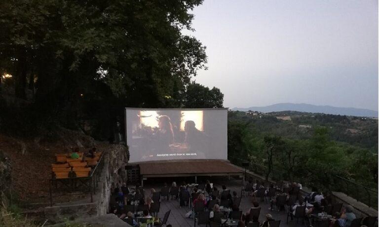 Έδεσσα: Διέλυσαν τον θερινό κινηματογράφο – Πέταξαν τραπέζια στον γκρεμό