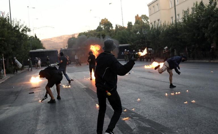Σύνταγμα: Χημικά και μολότοφ στη διαδήλωση για το νομοσχέδιο (pics+vid)
