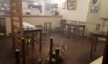 Η στιγμή που αστυνομικοί μπαίνουν σε καφετέρια στα Εξάρχεια και χτυπάνε θαμώνες (vids)