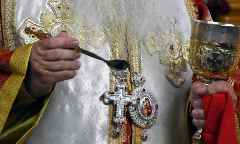 Ιερέας ανακοινώνει Θεία Κοινωνία με διαφορετική λαβίδα και το ποίμνιο εξαγριώνεται!