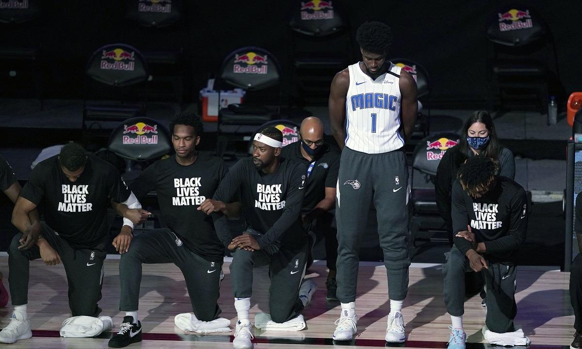 NBA: Ο Τζόναθαν Άιζακ έγινε ο πρώτος παίκτης που δεν γονατίζει στον ύμνο των ΗΠΑ! (pic)