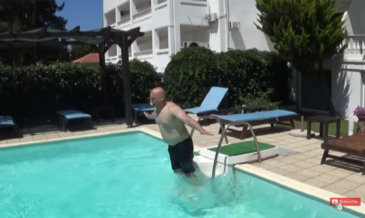 Το… τερμάτισε ο Ραπτόπουλος: Κολύμπησε σε πισίνα υπό τους ήχους του Baywatch! (vid)