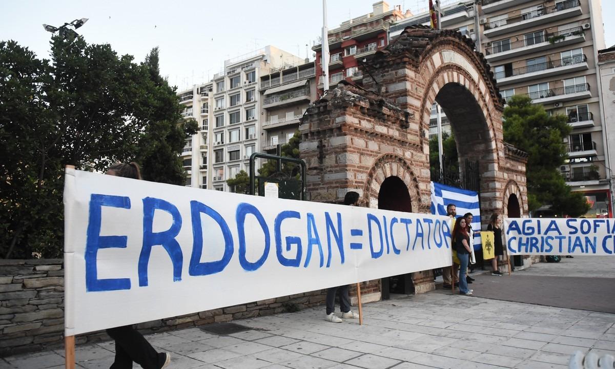 Θεσσαλονίκη: Με ελληνικές σημαίες για το ζήτημα της Αγίας Σοφίας (pics)