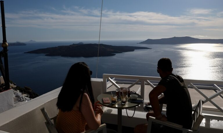 Tουρισμός: Σε κόκκινη λίστα τα νησιά – Φεύγουν άρον – άρον τουρίστες