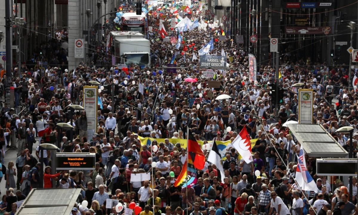 Μεγάλες διαδηλώσεις σε όλη την Ευρώπη: «Ο κορονοϊός είναι ένα μεγάλο ψέμα» (pics, vids)