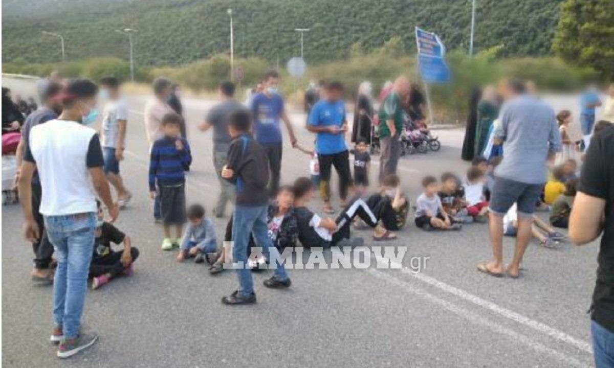 Πρόσφυγες έκλεισαν τον δρόμο στις Θερμοπύλες -Διαμαρτύρονται οι κάτοικοι (pics)