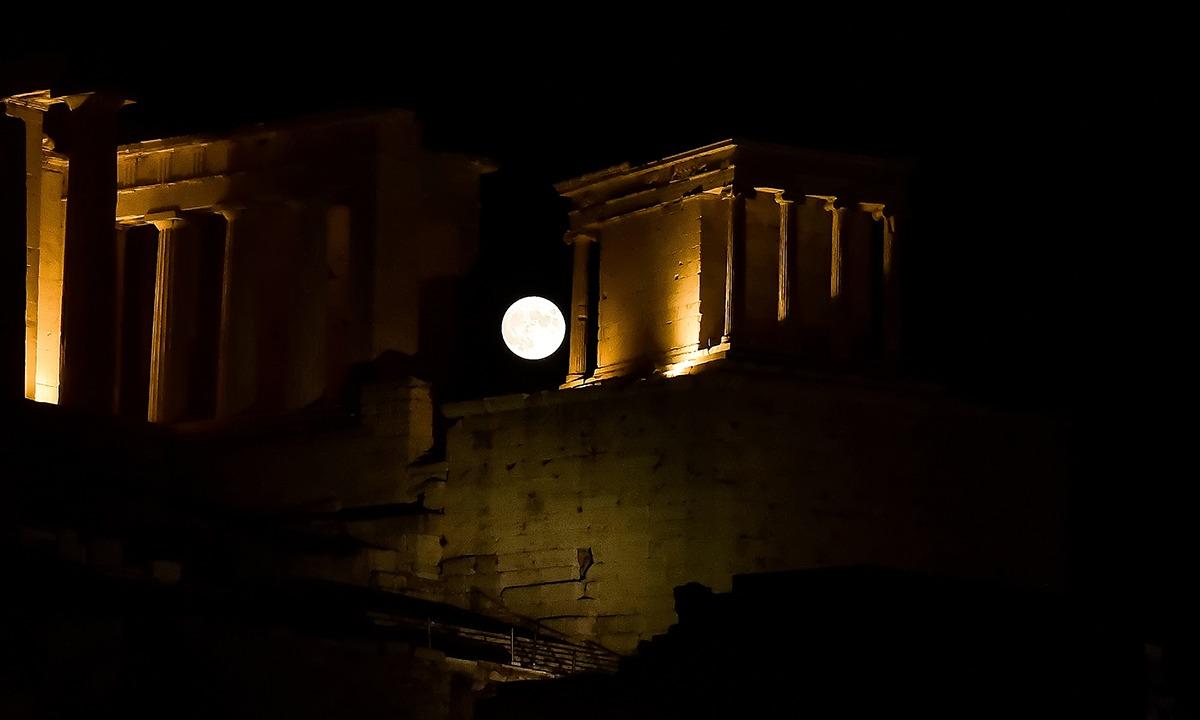 Πανσέληνος: Τρομερές εικόνες από Ακρόπολη και Σούνιο