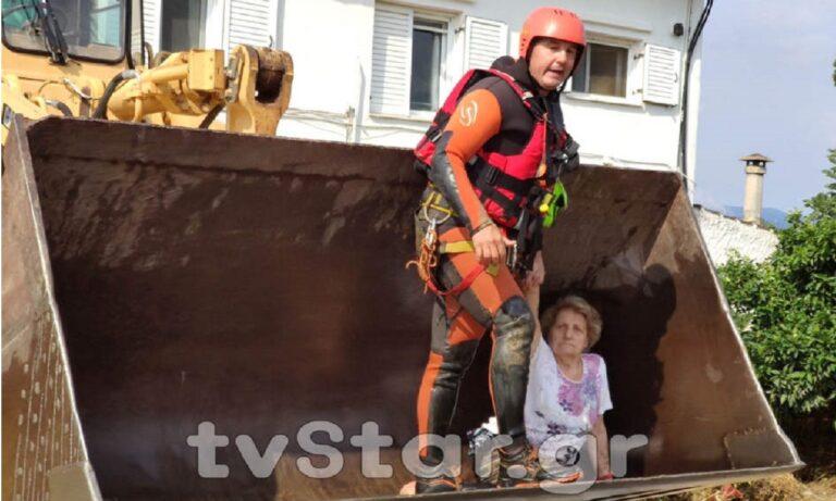 Τραγωδία στην Εύβοια: Συγκινεί η εικόνα διασώστη που φιλάει μωράκι πριν το παραδώσει στους δικούς του (vid)