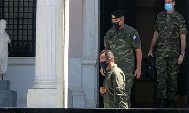ΚΥΣΕΑ: Με στολή παραλλαγής στο Μαξίμου ο αρχηγός ΓΕΕΘΑ (vid)