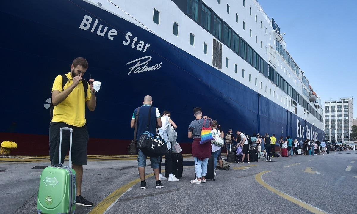 Ουρές στο λιμάνι του Πειραιά: Αναχωρούν οι αδειούχοι του Δεκαπενταύγουστου. Αρκετές ουρές έχουν σχηματιστεί από το πρωί στο λιμάνι του...