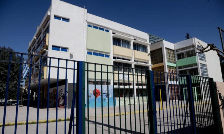 Σχολεία – Απίστευτο: «Όσα δεν μπορούν να αποχωριστούν τους γονείς, θα περιμένουν έξω»