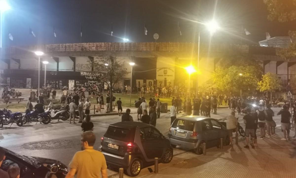 ΠΑΟΚ-Μπενφίκα: Πάρτι οπαδών έξω από την Τούμπα! (vid). Δεκάδες φίλαθλοι του ΠΑΟΚ βρίσκονται έξω από το γήπεδο της...