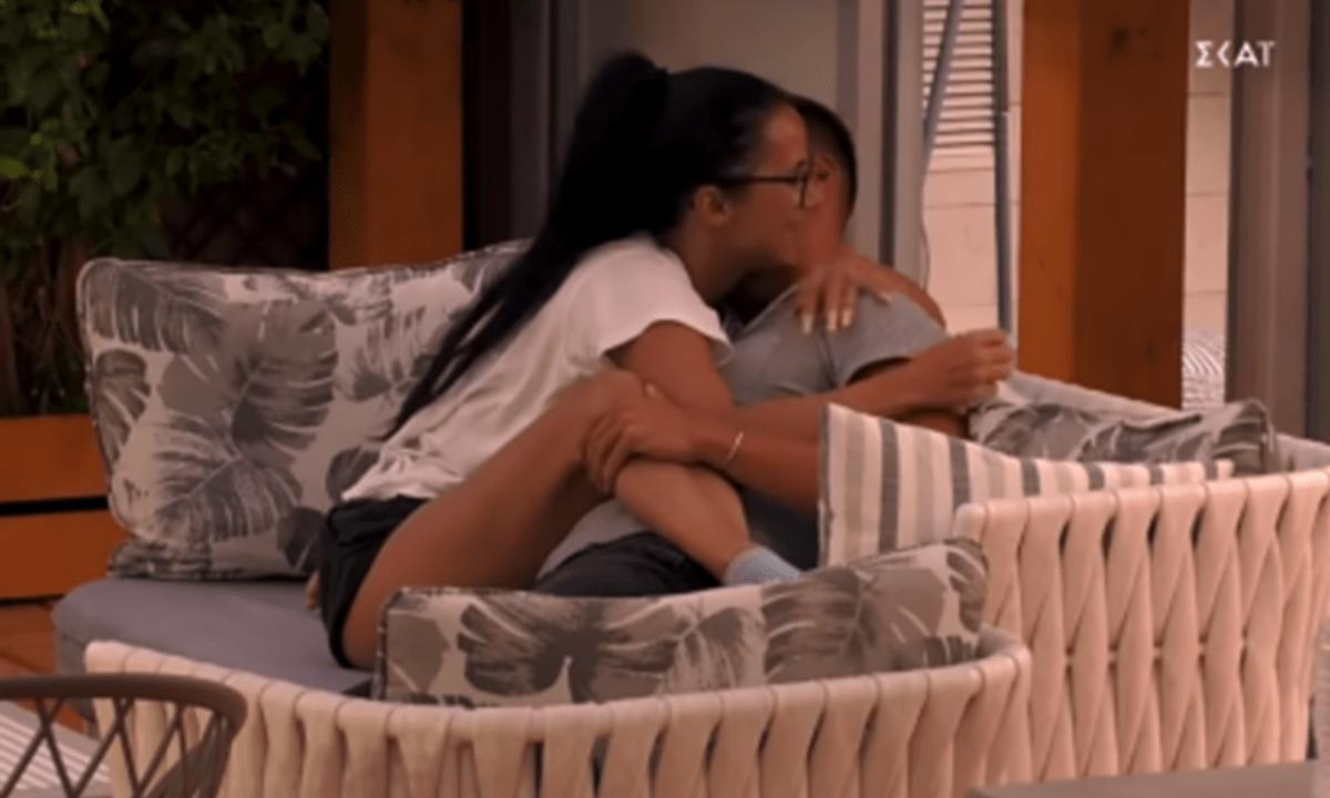 Big Brother: Η Χριστίνα με μαγιό στο μπάνιο – Τα χέρια του Παναγιώτη κάτω από τη μπλούζα της (vid-pics)